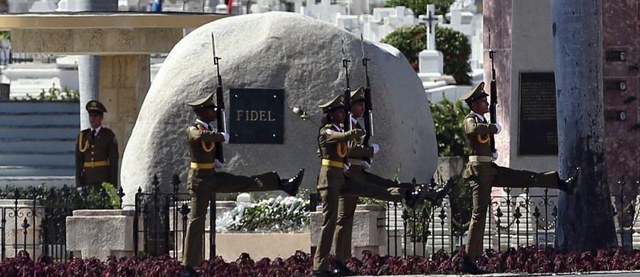 Urna z prochami przywódcy rewolucji kubańskiej i byłego prezydenta Kuby Fidela Castro, który zmarł w wieku 90 lat, spoczęła w niedzielę na cmentarzu Santa Ifigenia w Santiago de Cuba. Pogrzeb miał charakter prywatny. Odbył się z udziałem rodziny i przyjaciół.