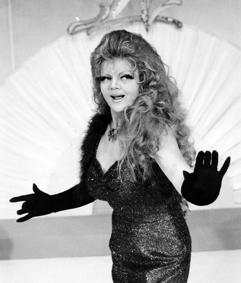 5 grudnia 2011 r. w wieku 73 lat zmarła Violetta Villas. W ostatnich latach (także już po śmierci) głośno było przede wszystkim za sprawą opiekunki i dramatycznych warunków, w których przyszło żyć gwieździe polskiej piosenki.