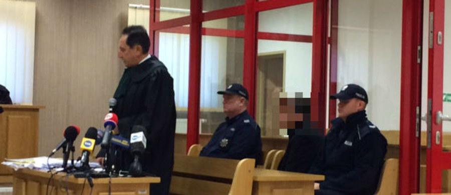 """Obrońca Dariusza P., oskarżonego o podpalenie w maju 2013 roku domu w Jastrzębiu-Zdroju i zabicie w ten sposób żony i czworga dzieci, uważa, że prokuratura nie przedstawiła wystarczających dowodów do skazania jego klienta. Innego zdania jest pełnomocnik oskarżycieli posiłkowych. """"Rodzina była dla mnie najważniejsza. Nigdy nie przyszło mi do głowy, żeby długi pokrywać w tak absurdalny sposób"""" - mówił przed sądem oskarżony."""