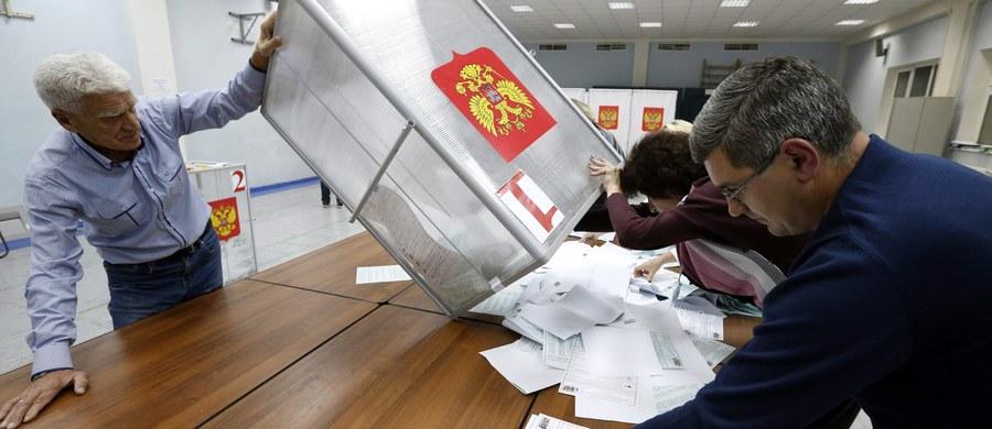 """""""Nowaja Gazieta"""" publikuje protokoły komisji wyborczych w podmoskiewskich Mytiszczach na wrześniowych wyborach parlamentarnych. Z ustaleń gazety wynika, że w 68 komisjach na 96 dane były inne, niż pokazał elektroniczny system liczenia głosów."""