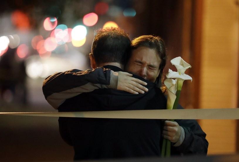 W pożarze w Oakland w Kalifornii, który wybuchł podczas imprezy muzycznej zorganizowanej w dawnym magazynie, zginęły co najmniej 33 osoby - poinformowały w niedzielę wieczorem czasu lokalnego miejscowe władze. Wśród ofiar znalazł się również 22-letni muzyk Cash Askew z grupy Them Are Us Too.