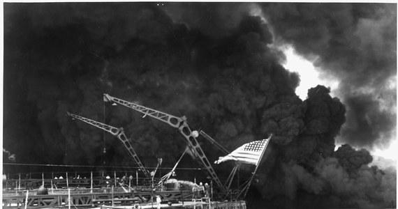 """Premier Japonii Shinzo Abe nie wybiera się 26-27 grudnia na Hawaje, aby """"przeprosić tam za japoński atak na bazę w Pearl Harbor, ale by przyczynić się do ukojenia dusz tych, którzy polegli na wojnie"""" – powiedział szef jego gabinetu Yoshihide Suga."""