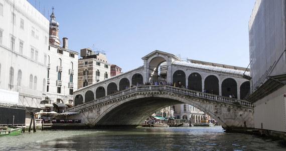 Turyści w Wenecji biją rekordy bezmyślności i brawury – podkreślają włoskie media i podają najnowszy przykład: pewien Japończyk skoczył z mostu z deską surfingową do Canal Grande. Został za wybryk ukarany grzywną i może odpowiadać za zagrożenie dla żeglugi.