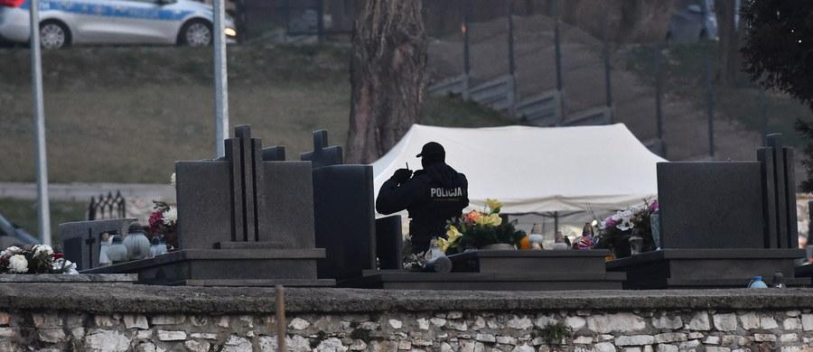 Na warszawskich Powązkach Wojskowych oraz na cmentarzu w Tyńcu pod Krakowem odbyły się dziś ekshumacje kolejnych ofiar katastrofy smoleńskiej. Według Prokuratury Krajowej ekshumacje są niezbędne wobec popełnionych wcześniej błędów. Chodzi m.in. o możliwą zamianę szczątków ofiar katastrofy z 10 kwietnia 2010 r. i nieprawidłowości w opisie stwierdzonych obrażeń w dokumentacji sporządzonej przez stronę rosyjską.