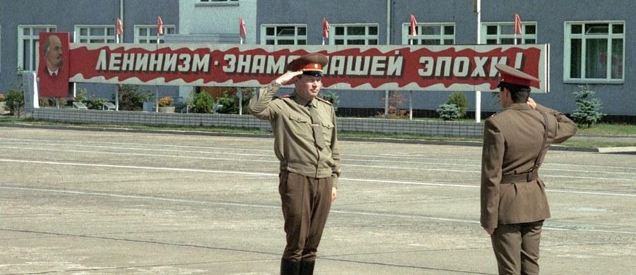 8 grudnia 1991 roku przywódcy Rosji, Ukrainy i Białorusi ogłosili rozwiązanie Związku Socjalistycznych Republik Radzieckich. Istniejące około 70 lat państwo rozpadło się w obliczu niewydolności gospodarki i modelu zarządzania oraz dążeń odśrodkowych w tworzących ZSRR republikach.
