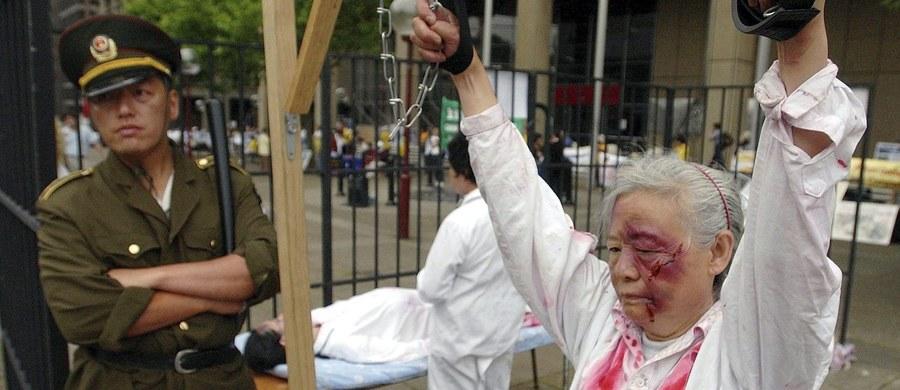 """Komunistyczna Partia Chin (KPCh) poddaje niektórych swoich członków oskarżonych o korupcję torturom w ramach """"pełnego przemocy i nielegalnego"""" systemu walki z przestępstwem - poinformowała organizacja broniąca praw człowieka Human Rights Watch."""
