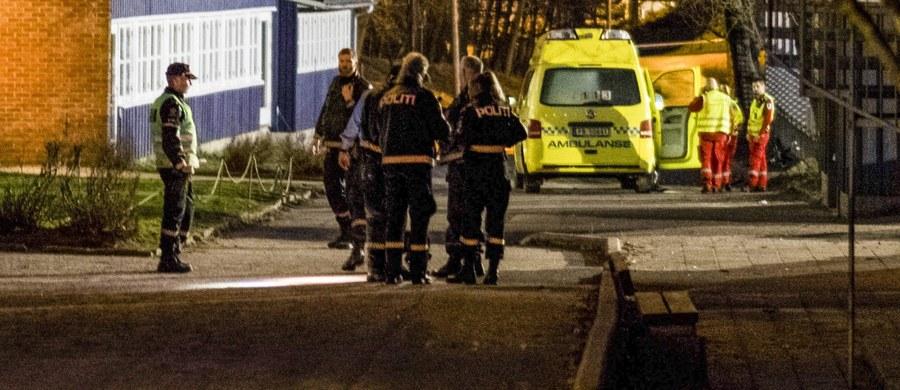 Kobieta i chłopiec w wieku 14 lat zostali zamordowani na terenie szkoły w Kristiansand w Norwegii. Policja została zaalarmowana o ataku nożownika w poniedziałek po godzinie 16:00. Do tej pory trwa obława za napastnikiem. O ofiarach wiadomo, że nie były ze sobą spokrewnione.
