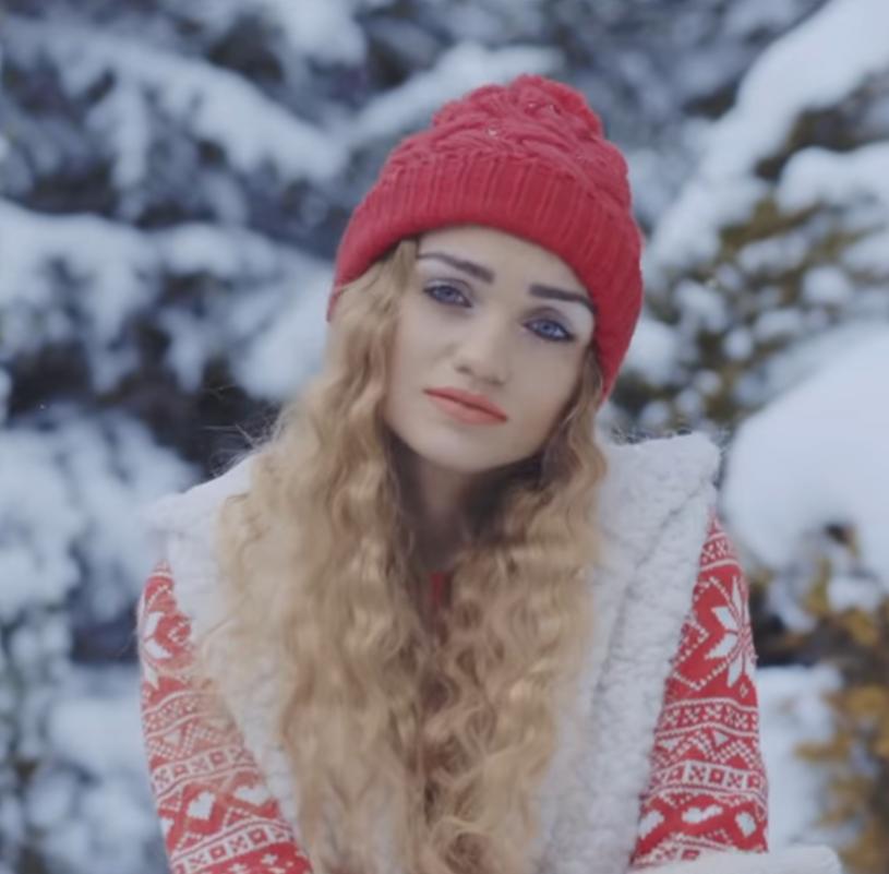 """Poniżej możecie zobaczyć świąteczny teledysk Martyny Rempały. W """"Dla nas jesteś"""" 22-letnia wokalistka wspomina swojego brata, tragicznie zmarłego żużlowca Krystiana Rempałę."""