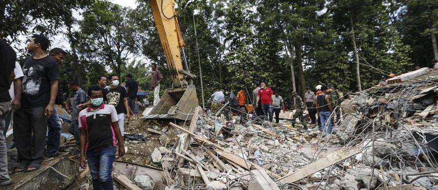 Co najmniej 97 osób zginęło w trzęsieniu ziemi o magnitudzie 6,5, które nawiedziło północną część wyspy Sumatra na zachodzie Indonezji - poinformował dowódca wojskowy w prowincji Aceh, generał Tatang Sulaiman. Światowe agencje prasowe donosiły ponadto o kilkuset rannych. W rejon trzęsienia ziemi wysłano kilka tysięcy ratowników, w tym kilkuset żołnierzy.