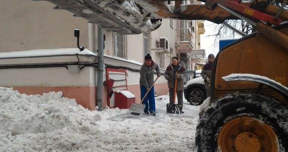 Rosja walczy ze śniegiem. Tak mroźnego i śnieżnego grudnia nie było tam od kilkunastu lat i nie chodzi o tradycyjne mroźne regiony jak Jakucja, gdzie temperatura spadała już 50 stopni poniżej zera, ale także o Moskwę paraliżowaną przez śnieg.