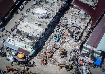 Ponad sto osób zginęło i ponad 700 rannych w trzęsieniu ziemi