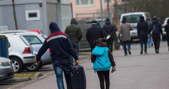 53 proc. Polaków sprzeciwia się przyjmowaniu uchodźców z krajów objętych konfliktami zbrojnymi, 43 proc. uważa, że nasz kraj powinien udzielić im schronienia, a 4 proc. nie ma zdania na ten temat - wynika z najnowszego badania CBOS przesłanego Polskiej Agencji Prasowej.