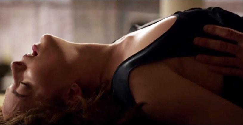 """Pojawił się drugi zwiastun zapowiadający """"Ciemniejszą stronę Greya"""". Nie brakuje w nim erotycznych scen między bohaterami Jamiego Dornana i Dakoty Johnson."""