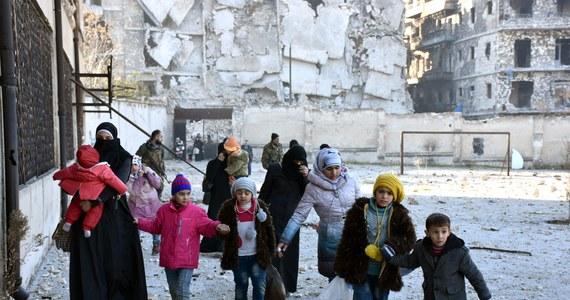 Śmierć grozi 150 tys. mieszkańców wschodnich dzielnic Aleppo, oblężonych przez siły syryjskiego reżimu wspierane przez Rosję, gdzie nie dociera żadna pomoc humanitarna - zaalarmował w Genewie szef lokalnych władz miejskich Aleppo Brita Hadżi Hasan.