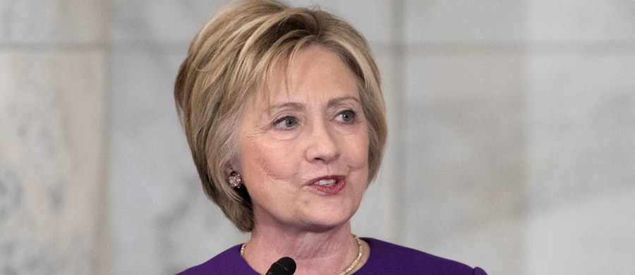 """Hillary Clinton, niedawna kandydatka demokratów na prezydenta USA, zaapelowała o walkę z nieprawdziwymi informacjami i """"złośliwą, fałszywą propagandą"""" w internecie, jaka - jej zdaniem - urosła do rozmiarów epidemii. Moment wygłoszenia tego apelu wydaje się nieprzypadkowy: kilka dni temu w waszyngtońskiej pizzerii zaczął strzelać mężczyzna, który uwierzył w internetowe plotki o tym, że Clinton i szef jej sztabu byli związani z siatką pedofilską, która w tym lokalu zmusza dzieci do seksu."""