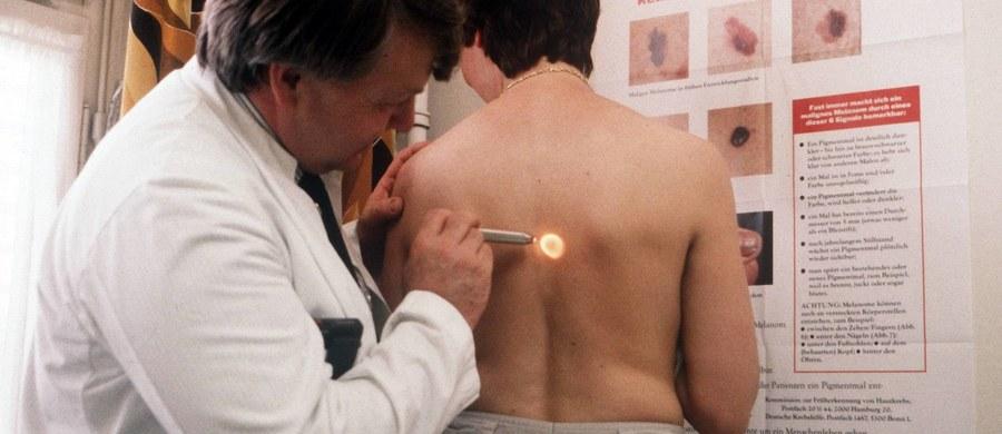Polska jest w europejskiej czołówce pod względem liczby zachorowań na nowotwory skóry - alarmuje Polska Unia Onkologii. Jednymi z najczęściej występujących nowotworów są czerniak oraz rak podstawnokomórkowy. Co roku czerniaka lekarze diagnozują u ponad 3 tysięcy Polaków.
