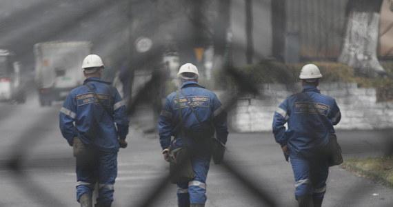 """""""To oszczędzanie kosztem bezpieczeństwa"""" - alarmują związkowcy w związku z działaniami Polskiej Grupy Górniczej, która ogranicza liczbę ratowników w kopalni """"Ruda"""" w Rudzie Śląskiej. To zakład, który powstał z połączenia trzech kopalń. Łącznie pracuje tam teraz ponad 400 ratowników. Po zmianach ma ich być około 240."""