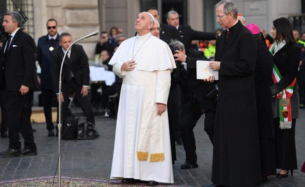 """Papież Franciszek skrytykował przywiązanie księży do strojów i """"światowego życia"""". Takie zachowanie prowadzi do śmieszności - powiedział podczas mszy. Podkreślił, że zarówno księża """"surowi"""", jak i ci prowadzący """"światowe życie"""" to """"katastrofa""""."""