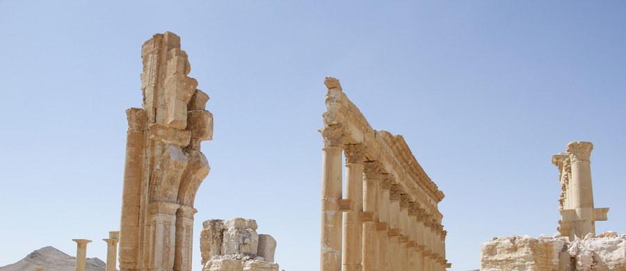 Bojownicy Państwa Islamskiego (IS) przejęli kontrolę nad starożytną Palmirą we wschodniej Syrii po krótkim odwrocie w obliczu ostrych rosyjskich ataków z powietrza na ich pozycje - podała agencja Amak związana z tym dżihadystycznym ugrupowaniem.