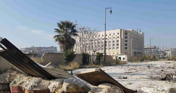 Armia syryjska opanowała w poniedziałek o świcie Szeik Said - dużą dzielnicę na południowym wschodzie Aleppo i kontroluje obecnie 90 proc. dzielnic we wschodniej części miasta, będącej dotychczas w rękach rebeliantów - powiadomiło Syryjskie Obserwatorium Praw Człowieka. Wcześniej w niedzielę syryjska armia przejęła inne dwie stare dzielnice, kontrolowane do tej pory przez rebeliantów. Jak podaje agencja AFP, wojsko otoczyło rebeliantów oraz cywilów w strefie, gdzie brakuje praktycznie wszystkiego, zwłaszcza żywności.