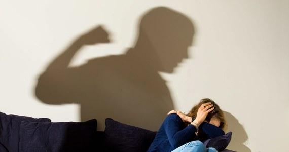Za mało placówek dla ofiar przemocy i niewłaściwie opracowywane lokalne programy przeciwdziałania przemocy - to część problemów, na jakie zwrócił uwagę Rzecznik Praw Obywatelskich Adam Bodnar w piśmie do Ministerstwa Rodziny, Pracy I Polityki Społecznej. Jego zdaniem ustawa o przeciwdziałaniu przemocy w rodzinie wymaga zmian.
