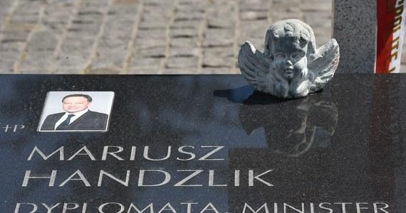 Prokuratura Krajowa rozważa przeprowadzenie w tym roku jedenastej, dodatkowej ekshumacji ofiary katastrofy smoleńskiej - dowiedział się reporter RMF FM Krzysztof Zasada. Chodzi o otwarcie grobu byłego prezydenckiego ministra Mariusza Handzlika.