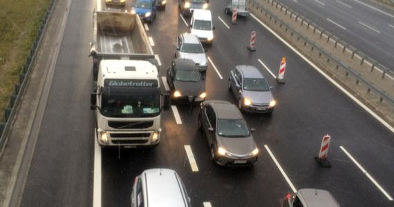 Duże utrudnienia dla kierowców w Warszawie. Na drodze ekspresowej S79 przy ul. Marynarskiej, pod wiaduktem po opadach deszczu powstało ogromne rozlewisko. Z trasy S79 można zjechać tylko w kierunku Mokotowa.