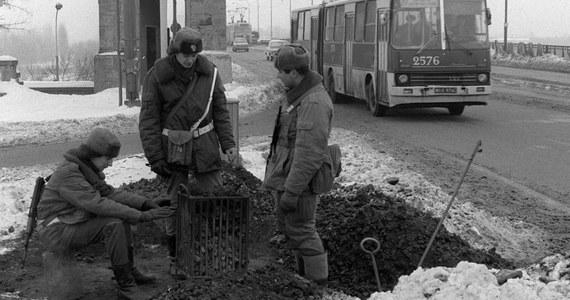 Kiedy od wydarzenia tak istotnego dla historii jak wprowadzenie w Polsce stanu wojennego mija 35 lat mamy pewność, że przynajmniej dla części z nas 13 grudnia jest abstrakcją. Warto zatem przypomnieć podstawowe informacje, dotyczące tego wydarzenia.