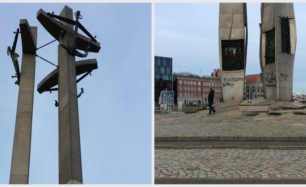 Policja szuka sprawcy lub sprawców dewastacji Pomnika Poległych Stoczniowców w Gdańsku. W nocy lub nad ranem ktoś powypisywał na monumencie upamiętniającym ofiary grudnia 1970 roku polityczne hasła. Jak dowiedział się nasz reporter Kuba Kaługa, policja znalazła przy pomniku puszkę po farbie. Monument już oczyszczono.