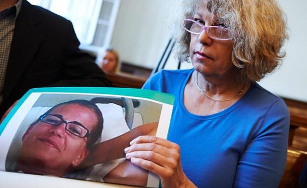 Lekarz, były dyrektor i pielęgniarki z wyrokami skazującymi w sprawie głośnej operacji plastycznej Szwedki, do której doszło w Gdańsku przed 6 laty. To pierwszy, nieprawomocny wyrok w bulwersującej sprawie. Kobieta po operacji powiększenia piersi zapadła w śpiączkę. Jedna z oskarżonych osób została uniewinniona.