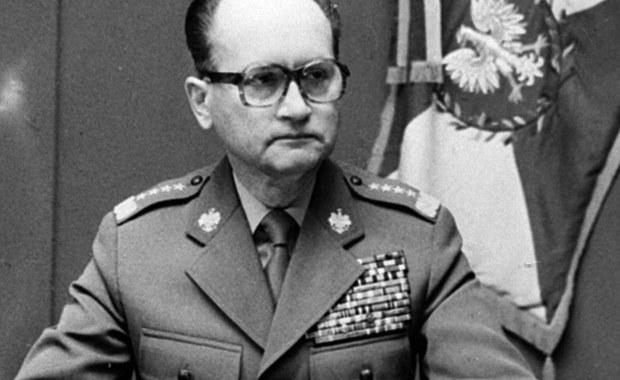 Bardzo się cieszę że właśnie w 35. rocznicę wprowadzenia stanu wojennego, w wyniku którego życie straciło wielu niezłomnych patriotów, a Polska pogrążyła się na wiele lat w zapaści gospodarczej, minister obrony narodowej Antoni Macierewicz podjął kroki prawne w celu pozbawieniu stopni generalskich Wojciecha Jaruzelskiego i Czesława Kiszczaka, o co od dawna zabiegało wiele środowisk patriotycznych, w tym Porozumienie Organizacji Kombatanckich i Niepodległościowych w Krakowie.
