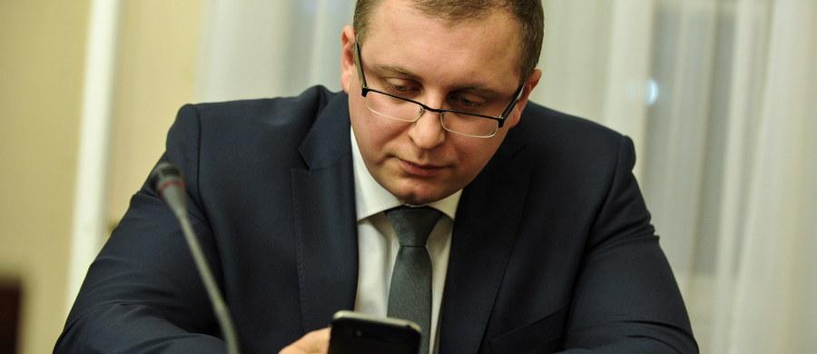 Po burzliwych obradach sejmowa komisja sprawiedliwości pozytywnie zaopiniowała kandydaturę Michała Warcińskiego na sędziego Trybunału Konstytucyjnego w miejsce kończącego 19 grudnia kadencję prezesa TK Andrzeja Rzeplińskiego. Głosowanie Sejmu - w środę.