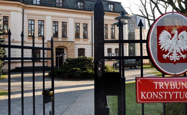 """Sejm uchwalił ostatnią z trzech ustaw autorstwa PiS w sprawie TK - """"Przepisy wprowadzające ustawę o organizacji i trybie postępowania przed TK oraz ustawę o statusie sędziów TK"""". Dwie ustawy, o których mowa, są już uchwalone i czekają na decyzję prezydenta."""