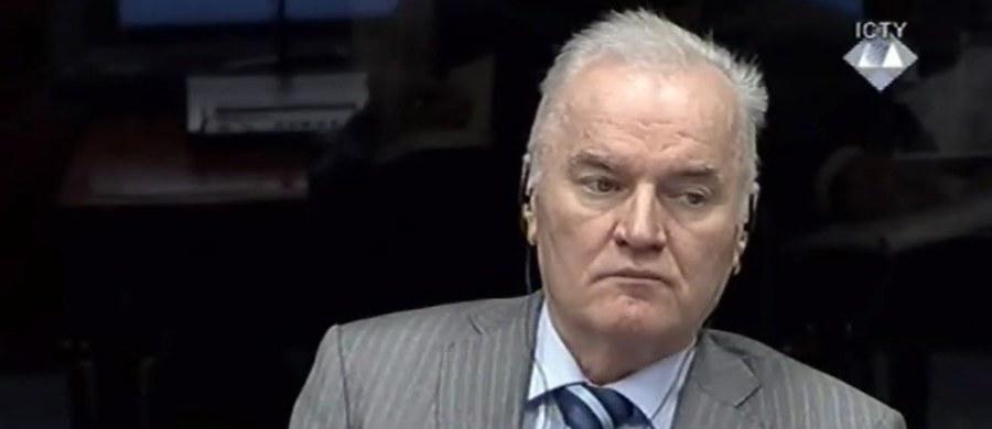 Oskarżony o ludobójstwo, zbrodnie wojenne i zbrodnie przeciwko ludzkości były dowódca sił Serbów bośniackich Ratko Mladić powinien zostać uniewinniony - apelowała we wtorek obrona w trwającym od 4 lat w Hadze procesie.