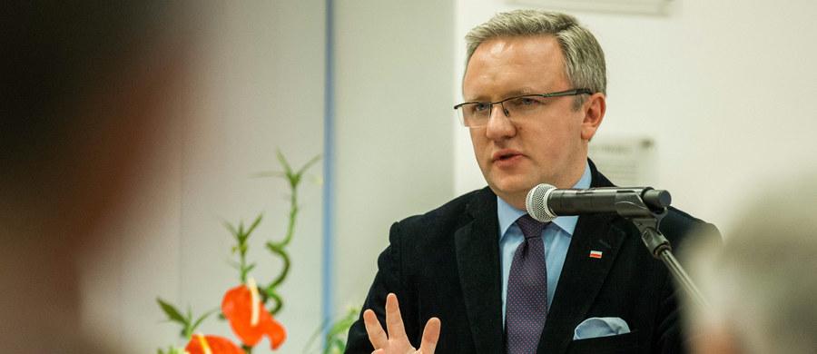 Prezydencki minister Krzysztof Szczerski ocenił, że przymusowa relokacja uchodźców jest sprzeczna z prawami człowieka. W Polsce nie będzie zamkniętych, strzeżonych przez policję obozów dla uchodźców, którzy przybyli z nakazu UE - dodał.