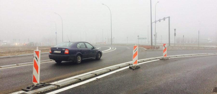 Już można korzystać z przebudowanego Ronda Sybiraków w Łodzi. Robotnicy wykonują jeszcze prace kosmetyczne, ale zakończą je w weekend. Przed remontem to było wyjątkowo niebezpieczne skrzyżowanie - nie było tygodnia bez wypadku czy kolizji. Teraz pasy dla różnych kierunków jazdy są rozdzielone krawężnikami i nie ma możliwości, że jeden samochód zajedzie drogę drugiemu.
