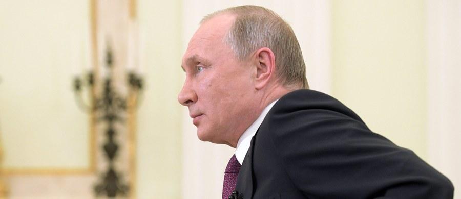 """Prezydent Rosji Władimir Putin czwarty rok z rzędu otwiera ranking najbardziej wpływowych ludzi na świecie, sporządzony przez amerykański magazyn """"Forbes"""". Na opublikowanej w środę tegorocznej liście Putin wyprzedza Donalda Trumpa i Angelę Merkel."""