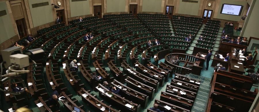 """Projekt ustawy """"dezubekizacyjnej"""", obniżający emerytury i renty ponad 32 tys. byłych funkcjonariuszy aparatu bezpieczeństwa PRL, został ponownie skierowany do komisji w celu przygotowania poprawionego sprawozdania - poinformował marszałek Sejmu Marek Kuchciński. Początkowo planowano, że głosowanie ws. projektu odbędzie się w środę wieczorem."""