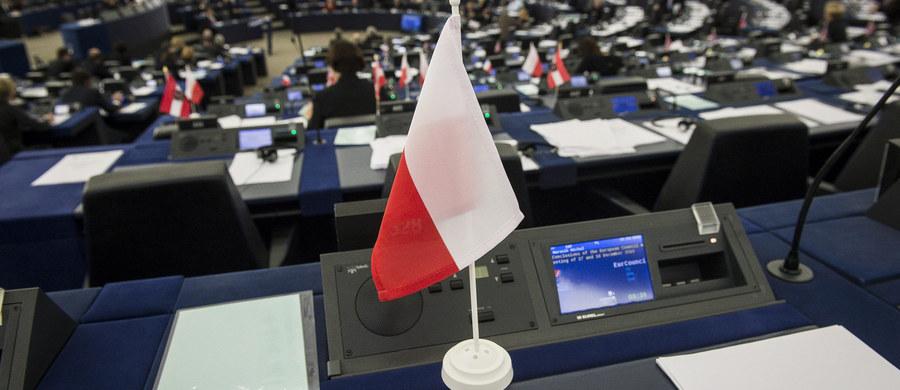 Kolejna debata w Parlamencie Europejskim nie przyniosła, poza kilkoma celnymi uwagami prof. Ryszarda Legutki, żadnych szczególnie istotnych i godnych kart historii stwierdzeń. Ot kolejne bicie piany, kolejny odcinek polsko-polskiej wojenki, w której europejski establishment nie wykorzystał szansy, by siedzieć cicho. Jednak jedną z myśli eurodeputowanego PiS eurobiurokraci powinni sobie utrwalić, bowiem może stać się wkrótce samospełniającą przepowiednią. To słowa o tym, że takimi właśnie działaniami Unia może sprawić, że jej popularność w Polsce, kraju prawdziwych euroentuzjastów, istotnie spadnie.