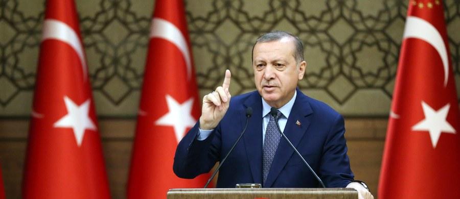 Po sobotnim podwójnym zamachu bombowym w Stambule, w którym zginęło co najmniej 44 ludzi, w tym 36 policjantów, prezydent Turcji Recep Tayyip Erdogan wezwał w środę cały naród do walki z ugrupowaniami terrorystycznymi.