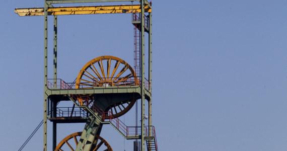Podziemny protest w kopalni Makoszowy w Zabrzu. Ponad 800 metrów pod ziemią jest 9 górników, a kolejni chcą się przyłączyć do protestujących. W ubiegłotygodniowym referendum zdecydowana większość pracowników opowiedziała się za obroną kopalni. Na ulicę wyjdzie dziś z kolei załoga kopalni Krupiński w Suszcu na Śląsku. Na godzinę 14 zaplanowano protest przeciwko przeniesieniu kopalni do spółki restrukturyzacyjnej.