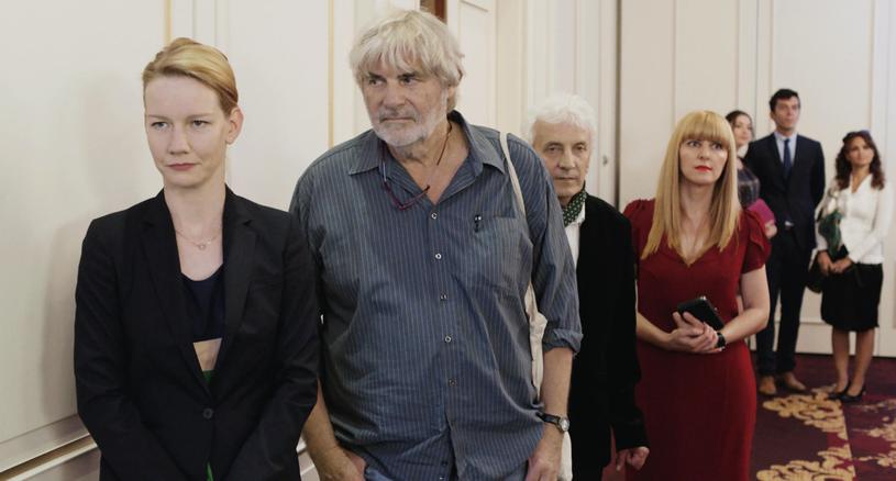 """Amerykańska Akademia Filmowa ogłosiła właśnie listę dziewięciu produkcji, które mają szansę ubiegać się o kandydowanie do Oscara w kategorii najlepszym film obcojęzyczny. W zestawieniu brak niestety """"Powidoków"""" Andrzeja Wajdy. Jest za to triumfator Europejskich Nagród Filmowych - niemiecki """"Toni Erdmann""""."""