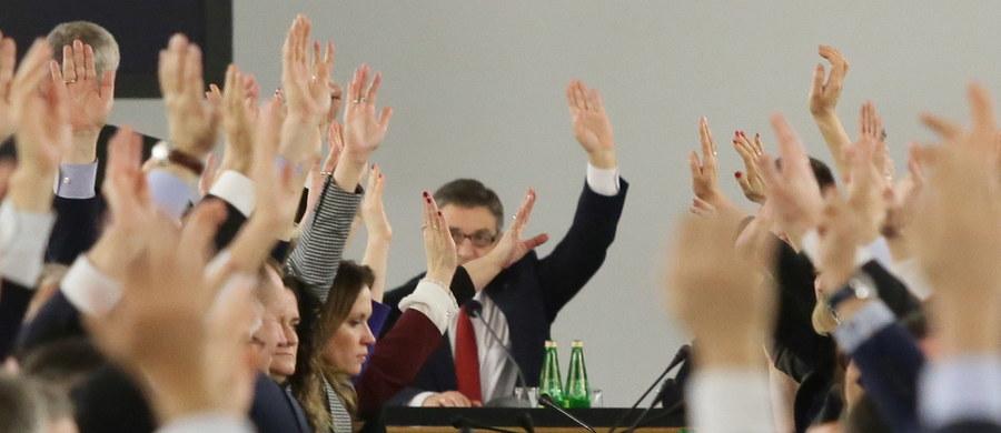 """""""Mamy dowód na to, że wczorajsze głosowania budżetowe w Sejmie zostały sfałszowane"""" - mówią posłowie opozycji. Twierdzą, że niektórzy parlamentarzyści Prawa i Sprawiedliwości dopisywali się do listy obecności już po formalnym zakończeniu obrad."""