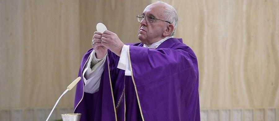 W dniu swych 80. urodzin papież Franciszek zaprosił na śniadanie ośmioro bezdomnych, którzy przyszli do Domu świętej Marty złożyć mu życzenia. Papież podarował im słodycze z Argentyny. Następnie odprawił mszę w Kaplicy Paulińskiej w Watykanie.