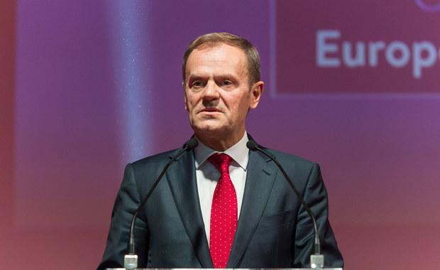 """Mając w pamięci, co znaczą grudnie w naszej historii, apeluję do tych, którzy realnie sprawują władzę w naszym kraju o respekt wobec ludzi, zasad i wartości - powiedział szef Rady Europejskiej Donald Tusk. Dziękował tym, którzy """"gotowi są trwać przy europejskich standardach demokracji""""."""