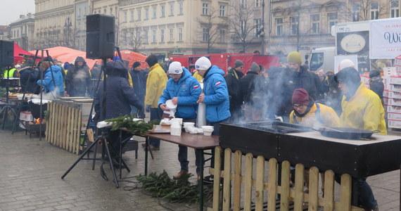 W niedzielę odbyła się na krakowskim Rynku największa w Polsce wigilia dla bezdomnych i potrzebujących. Od 20 lat przyjeżdża na nią kilkadziesiąt tysięcy osób z różnych stron kraju. Po raz pierwszy uczestnicy Wigilii mogli skorzystać z diagnostyki medycznej.