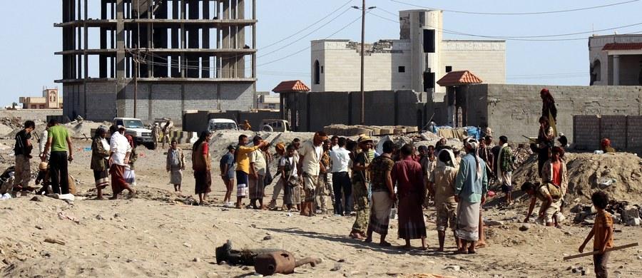 Co najmniej 49 żołnierzy zginęło po tym, jak zamachowiec samobójca wysadził się w powietrze w portowym mieście Aden w południowo-zachodnim Jemenie. Do ataku przyznało się Państwo Islamskie Tydzień wcześniej w zamachu przeprowadzonym przez Państwo Islamskie zginęło 50 żołnierzy.