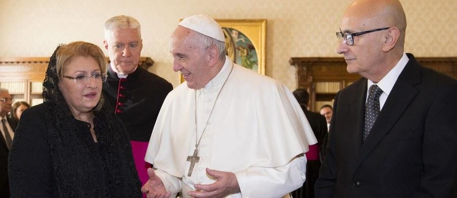 Na tydzień przed Bożym Narodzeniem papież Franciszek wezwał wiernych, by w poprzedzających je dniach zatrzymali się na chwilę w ciszy i refleksji. Papież podziękował za życzenia, jakie otrzymał z okazji swoich 80. urodzin.