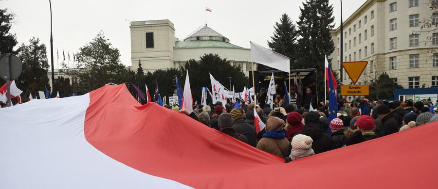 Wygląda na to, że początek nowego tygodnia w polskiej polityce będzie nie mniej gorący niż finał poprzedniego. Wśród tematów dyskusji i sporów – kryzys sejmowy i zmiana warty w Trybunale Konstytucyjnym.