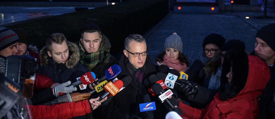 Prezydent Andrzej Duda poprosił o analizy prawne dotyczące ostatnich głosowań w Sejmie - poinformował szef prezydenckiego biura prasowego, Marek Magierowski. Chodzi o piątkowe głosowania - m.in. nad budżetem. W czasie, kiedy opozycyjni posłowie okupowali Salę Plenarną - głosowania przeprowadzono w Sali Kolumnowej.